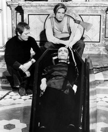 Dracula cerca sangue di vergine…e morì di sete locandina foto 6
