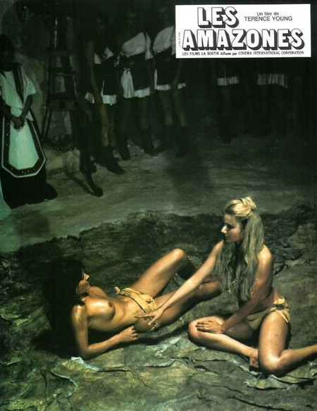Le guerriere dal seno nudo lobby card 1