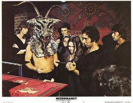 Il potere di Satana lobby card 6