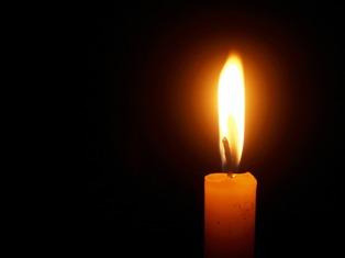 candela di cera accesa